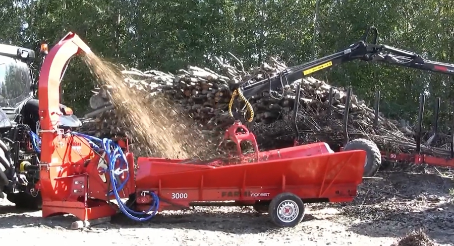 FarmiForest CH260 chipper and BC3000 feeding conveyor
