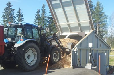 The fuel can be pushed upwards with the tractor loader