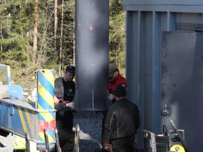 La cheminée est fixée en place avec des gros boulons