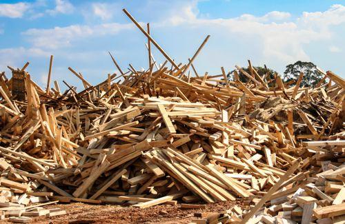 Le bois de déconstruction peut être utilisé comme combustible biomasse sous certaines conditions